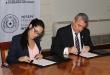 Karina Gómez y el ministro del Interior, Juan Ernesto Villamayor, en el momento de firmar el convenio para el uso de vehículos incautados.