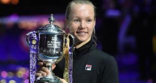 Bertens sostiene su trofeo conquistado en San Petersburgo.