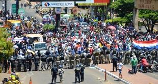 En la foto se puede ver la cantidad de manifestantes, ayer en la zona céntrica de Ciudad del Este. Momento en que impiden la circulación por el Puente de la Amistad.