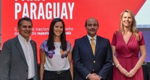 """Autoridades presentes en el lanzamiento de la convocatoria para presentar una propuesta de diseño  de la """"Nueva marca para Paraguay""""."""
