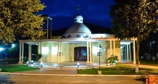 """Hermosa iglesia """"San Juan Nepomuceno"""", que luce muy bien en horas de la noche."""