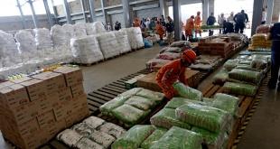 Trabajadores organizan la ayuda humanitaria para Venezuela en un almacén.