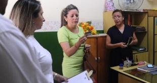 La fiscal Vanesa Candia verifica los documentos encontrados en el despacho, junto a la directora de la institución, Mirna Lezcano.