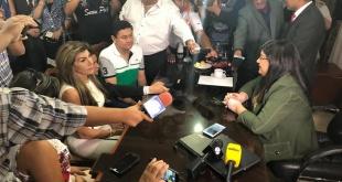 Momento en que la intendenta interina, Perla Rodríguez de Cabral, a la izquierda, recibe la administración municipal de la exinterventora, María Carolina Llanes.