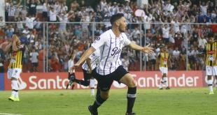 Adrián Martínez festeja una de sus conquistas.