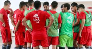El DT albirrrojo Carlos Chilavert, dando indicaciones a los jugadores. (Foto APF)