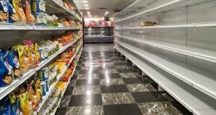 Una de las góndolas de un supermercado vacío en Caracas.