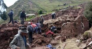 Este lunes, el presidente Evo Morales sobrevoló la zona de Caranavi y visitó a los damnificados por el temporal. Foto: Télam.