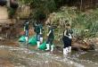 Voluntarios que trabajan en la limpieza del arroyo Mburicaó.