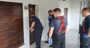 Momentos en que las autoridades abrieron la casa para verificar el sitio donde estaba oculto el cadáver.