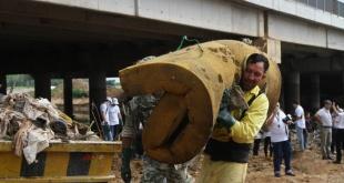 Uno de los funcionarios municipales retirando los residuos desechados en la cuenca del Mburicaó.