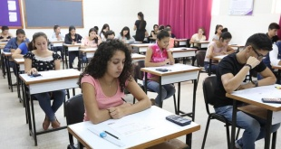 Postulantes a las becas de Itaipú durante el examen de competencias básicas.