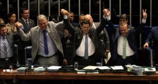 El senador Davi Alcolumbre (c) celebra con sus compañeros la victoria a la presidencia de la Cámara Alta.