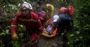 Bomberos rescatan el cuerpo de una víctima en El Choro, Bolivia.