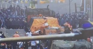 Los camiones son custodiados por los ciudadanos de Venezuela. Foto: @jguaido.