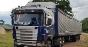 El camión cargado con cervezas fue abandonado por los supuestos delincuentes.