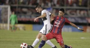 Alejandro Silva de Olimpia trata de zafar ante la presión del jugador azulgrana.
