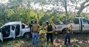 Instante en que los investigadores verificaron las dos camionetas cargadas con la cocaína.