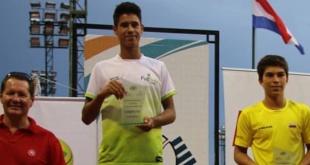 Daniel Vallejos, en lo más alto del podio tras consagrarse campeón de la 39ª edición del Asunción Bowl. (Foto COP).