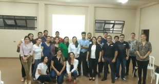 """Más de una veintena de jóvenes participan del taller """"Emprendé Paraguay"""", en la que enseñan a encaminar a la realidad una idea de negocio."""