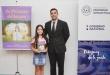 La pequeña Erika Rojas junto al Dr. Óscar Elizeche, de la Dinapi.