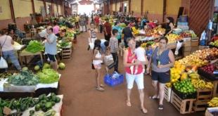 Los labriegos ofrecen sus productos en la feria permanente de esta ciudad.