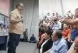 A los gritos, uno de los añetete exige cargo en la plenaria, interrumpiendo el discurso del gobernador. Atrás estaba sentado el vice, Hugo Velázquez. El irritado hombre dijo que el mensaje era para el presidente Mario Abdo Benítez. (Captura de pantalla).