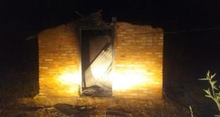 Un hombre murió calcinado dentro de una casa que se incendió en el barrio San Miguel de la ciudad de Villarrica. Foto: Gentileza.