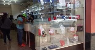 Varias tiendas ofrecen promociones para atraer a los enamorados que buscan regalos.