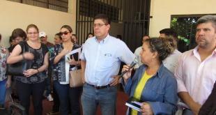 El Juan Carlos Portillo, director General de Servicios de Salud, junto a los manifestantes.