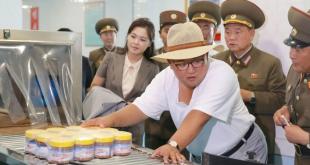 Kim Jong-un durante una visita en agosto de 2018 a una fábrica de conservas de pescado en Corea del Norte.