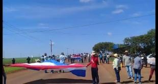 Los labriegos sujetos a la reforma agraria durante la manifestación.