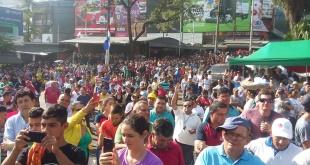 La ciudadanía que se manifiesta en el Puente de la Amistad y el microcentro esteño celebra la decisión de los parlamentarios.
