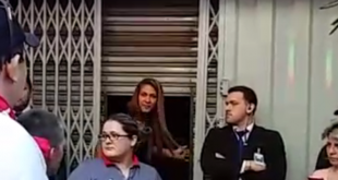 Exigieron a los funcionarios quienes estaban dentro de un local comercial, a sumarse a la movilización. Foto: Captura de video.