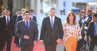 El presidente de la República, Mario Abdo Benítez, cuando se aprestaba para viajar acompañado de su esposa Silvana López. Foto: @PresidenciaPy.