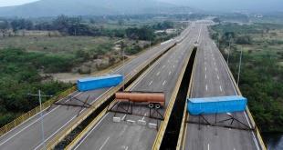 Vista aérea del puente de Tienditas tras ser bloqueado con contenedores y un camión cisterna por parte del ejército venezolano.