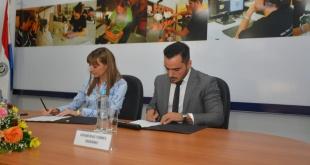 Los ministros Edgar Ruiz de la Secretaría de Repatriados y Carla Bacigalupo del Ministerio de Trabajo, suscribieron el documento.
