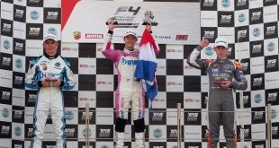 El joven piloto paraguayo, Joshua Duersken subió al podio con la bandera paraguaya. (Foto @JoshuaDuerksen1).