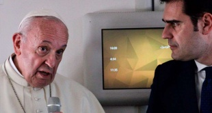 El papa Francisco durante el vuelo a Italia.
