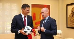 El presidente español, Pedro Sánchez, junto a Luis Rubiales, presidente de la RFEF.