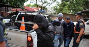 Momento en que los efectivos policiales llegaron a la Fiscalía de la ciudad de Luque para prestar declaraciones. Foto:@Fabian Costa1.