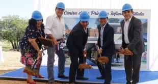 Durante la palada inicial en el local donde será el primer Centro de Desarrollo de la Primera Infancia.