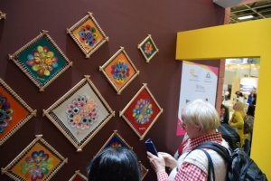 """Los visitantes del stan del Paraguay apreciaron las obras maestras """"ñandutí"""" hechas por artesanas paraguayas."""