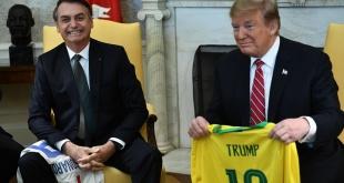 Jair Bolsonaro y Donald Trump intercambiaron camisetas de fútbol (AFP)