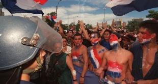 """Y fueron sus pechos las murallas. Jóvenes carapintadas, protagonistas del """"Marzo Paraguayo"""". (Foto Internet)."""