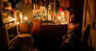 Elizabeth Guzmán, en su habitación sin ventanas durante un apagón en el vecindario Santa Cruz del Este.