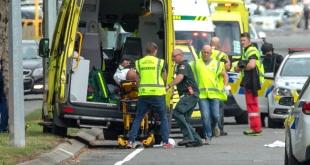 Los equipos de emergencia trasladan a uno de los heridos del atentado este viernes en Christchurch. STRINGER REUTERS)