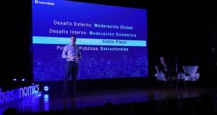 El exministro de Hacienda, Santiago Peña, exponiendo sobre la economía nacional en la Universidad Nacional del Este.
