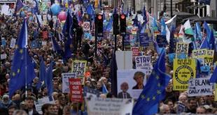 Una multitudinaria marcha pidió un segundo referéndum sobre el Brexit en Londres.
