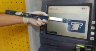 El dispositivo retirado por los agentes policiales, de un cajero a cargo del Banco Familiar.